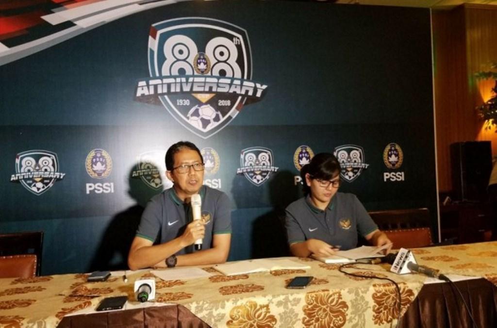 Plt Ketua Umum PSSI Joko Driyono (kiri) dan Sekjen PSSI Ratu Tisha Destria saat jumpa pers Anniversary Cup 2018 (medcom.id/Krisna Octavianus)