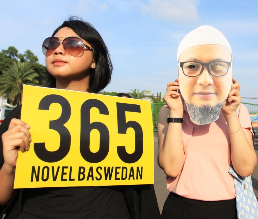 Sejumlah aktivis antikorupsi melakukan aksi damai dan orasi dukungan untuk Novel Baswedan di Taman Pandang, depan Istana Negara, Jakarta. Foto: Antara/Reno Esnir.