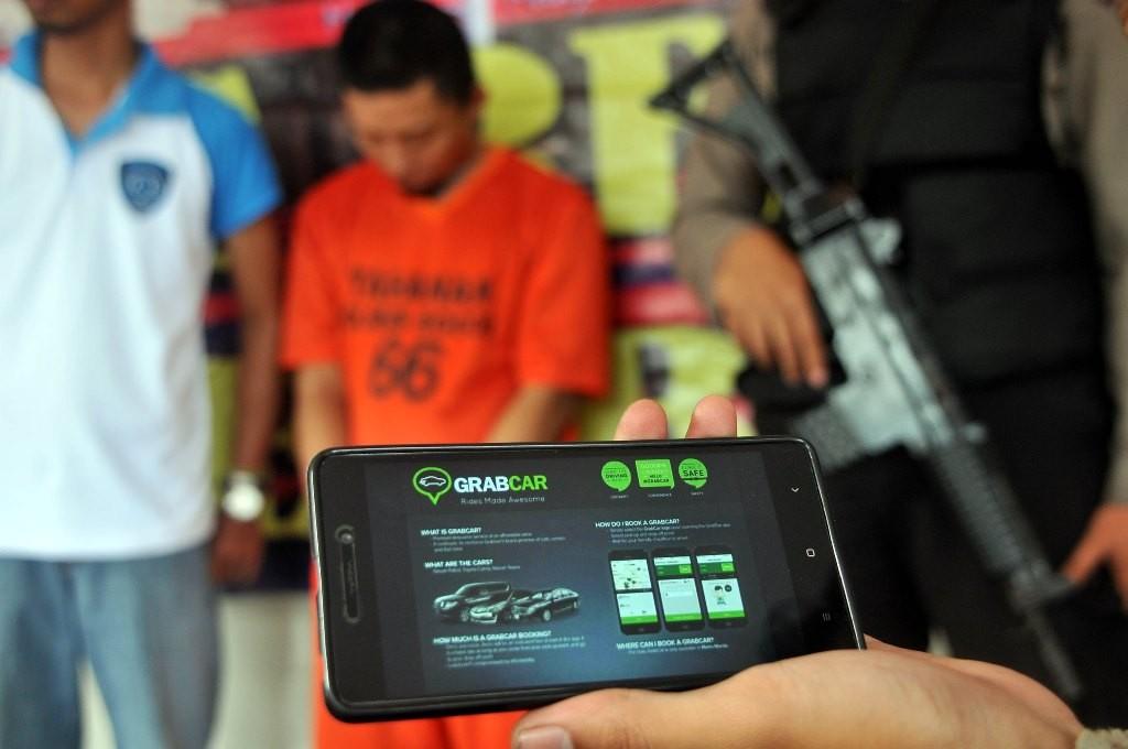 Tersangka berinisial JE diperlihatkan ke media oleh Kepolisian Resort Bogor dalam gelar perkara perampokan taksi online di Mapolres Bogor, Cibinong, Kabupaten Bogor, Jawa Barat. (Foto: ANTARA/Yulius Satria Wijaya)
