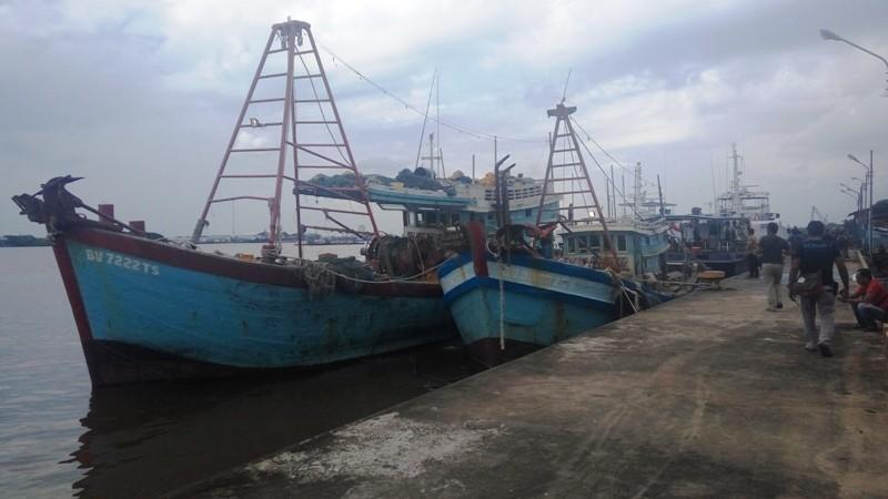 Dua Kapal Ilegal Fishing Saat Diamankan Stasiun PSDKP Pontianak, Jumat 27 April 2018.