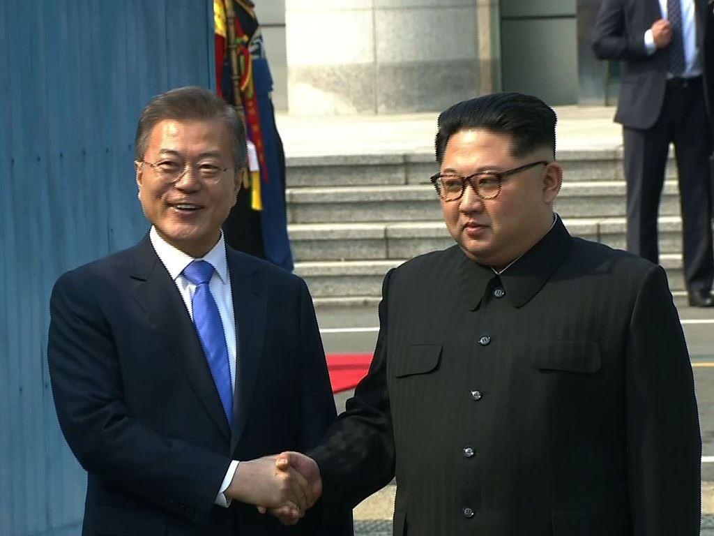 Moon Jae-in dan Kim Jong-un berjabat tangan. (Foto: AFP).
