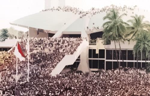 Pendudukan Gedung DPR/MPR oleh mahasiswa pada Mei 1998.