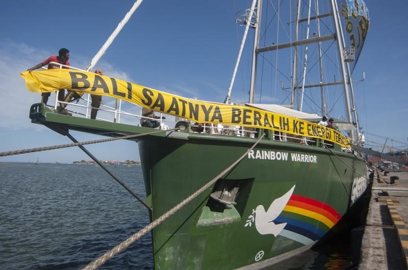 Kapal aktivis Greenpeace bersandar di Pelabuhan Benoa, Depnasar, 13 April 2018, Nyoman Budhiana