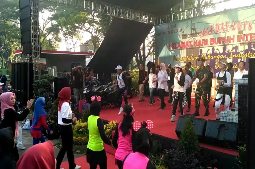 Wali Kota Tangsel Airin bersama instruktur dan ratusan buruh mengikuti senam bersama di kawasan BSD dalam peringatan May Day, 1 Mei 2018, Medcom.id - Farhan Dwi