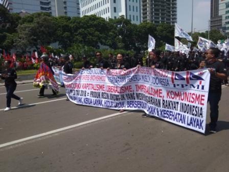Massa May Day bergerak ke Istana Negara. Foto: Medcom.id/Whisnu Mardiansyah.