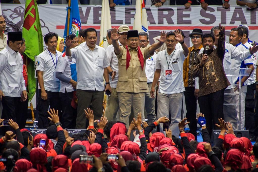Ketum Partai Gerindra Prabowo Subianto (tengah) bersama Presiden Konfederasi Serikat Pekerja Indonesia (KSPI) Said Iqbal (kanan) berorasi saat aksi Hari Buruh di Istora Senayan, Jakarta. Foto: Antara/Galih Pradipta.