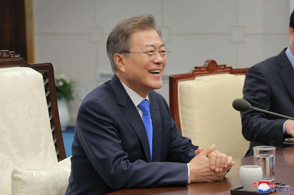 Presiden Korea Selatan Moon Jae-in dalam pertemuan dengan pemimpin Korut Kim Jong-un di DMZ, 27 April 2018. (Foto: AFP/KCNA via KNS)