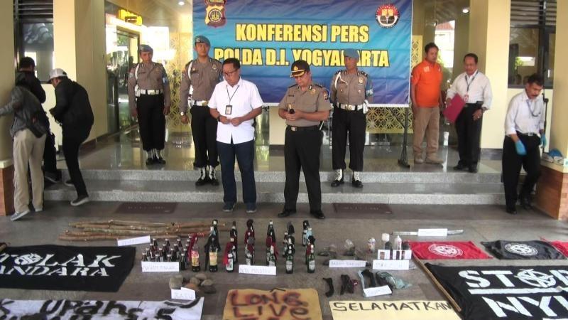 Direktur Reserse Kriminal Umum Polda DIY, Komisaris Besar Hadi Utomo (berbaju putih tengah) saat menunjukkan barang bukti. (Medcom.id-Ahmad Mustaqim)