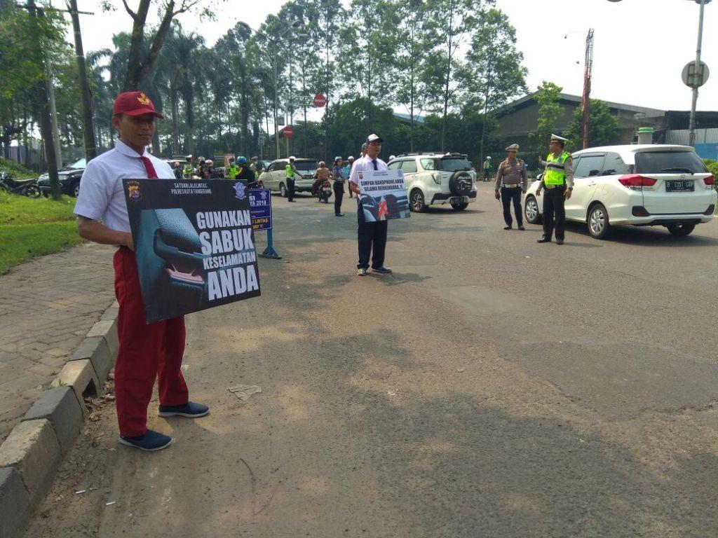 Satuan Lalu Lintas Polres Kota Tangerang memperingati Hari Pendidikan Nasional (Hardiknas) dengan mengenakan seragam siswa SD, SMP, dan SMA