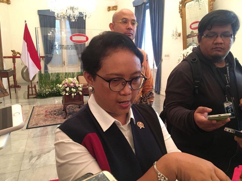 Menlu Retno Marsudi memaparkan isu yang akan dibahas dalam pertemuan Presiden Joko Widodo dan Sultan Brunei (Foto: Sonya Michaella).
