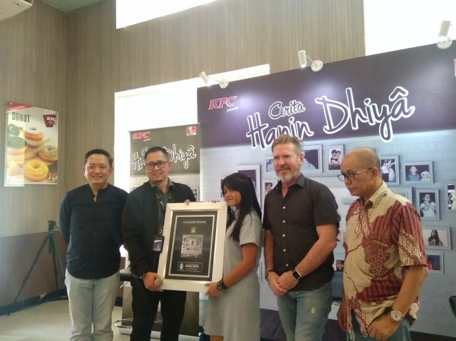 Pemberian plakat platinum dari ASIRI kepada Hanin Dhiya di KFC kawasan Kemang, Jakarta, Rabu, 2 Mei 2018. (Foto: Cecylia Rura)