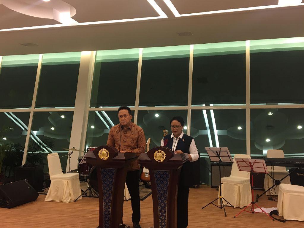 Kepala Badan Ekonomi Kreatif Triawan Munaf (kiri), dan Menteri Luar Negeri Retno Marsudi (kanan). (Foto: Sonya Michaella).