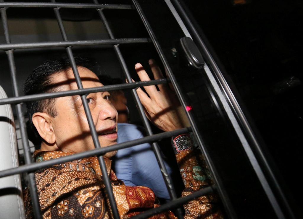 Terdakwa kasus korupsi KTP Elektronik Setya Novanto memasuki mobil tahanan seusai menjalani sidang putusan di Pengadilan Tipikor, Jakarta. Foto: MI/Ramdani.