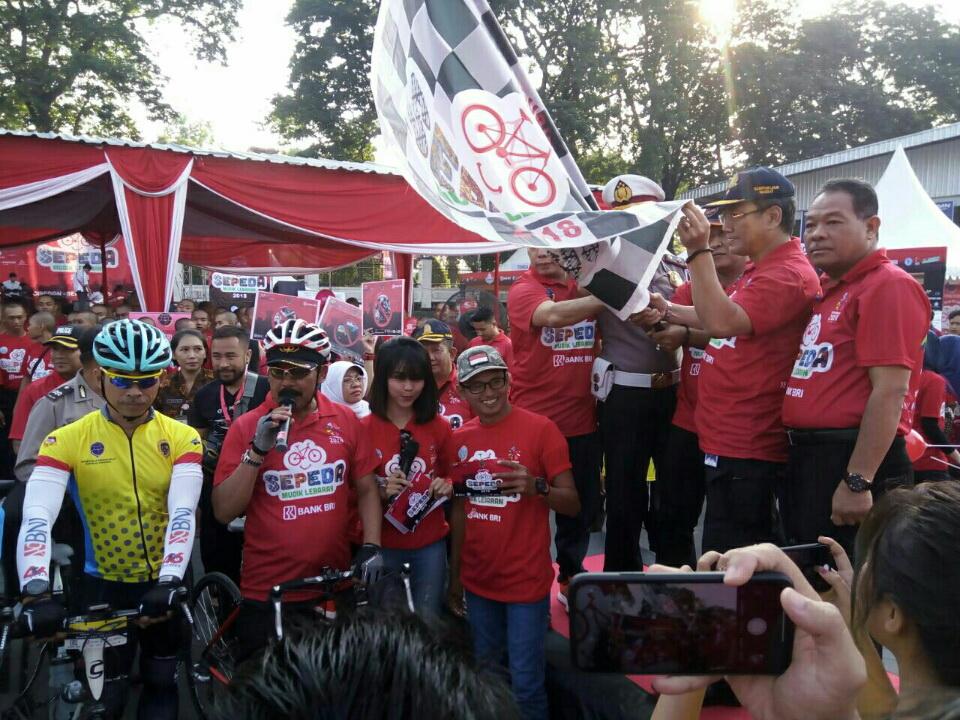 Dalam perjalanannya, para peserta melalui jalur non tol dengan bersepeda.