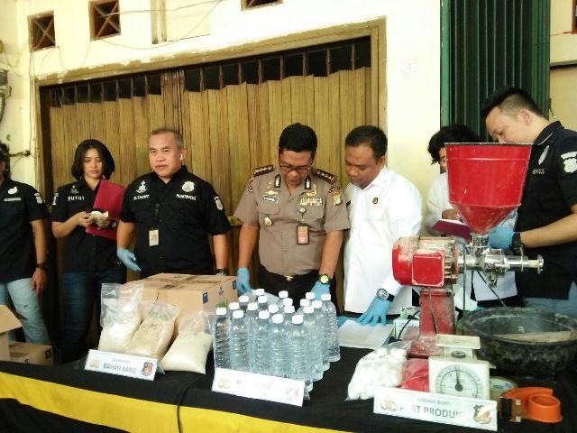 Polisi menyita sejumlah bahan mentah miras jenis ciu. Foto: Medcom.id/Deny Irwanto.