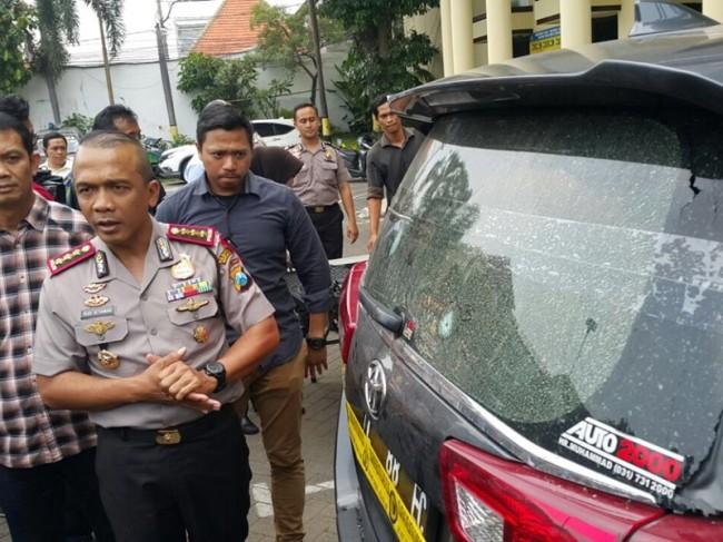Mobil Kepala Dinas Cipta Karya Pemkot Surabaya Ery Cahyadi yang ditembak. Foto: Medcom.id/Amaluddin