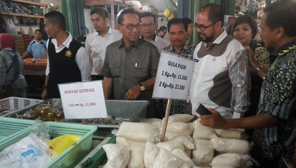 Sekjen Kementerian Perdagangan Karyanto Suprih Mengunjungi Pasar Flamboyan Pontianak, Kamis 3 Mei 2018. (Medcom.id/Agung Widura)
