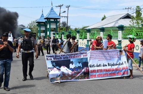 Warga Adang Petugas Eksekusi Lahan di Parupuk Tabing Padang