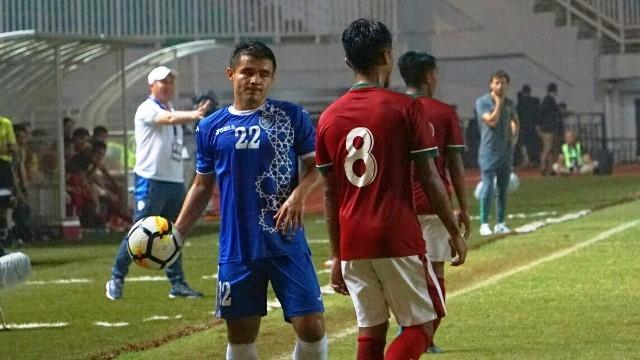 Pelatih Uzbekistan Ravshan Khaydarov (kiri belakang) puji Stadion Pakansari (Medcom.id/Kautsar)