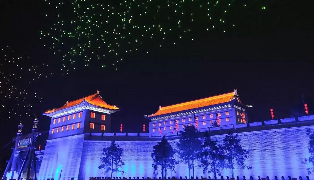 Drone berhiasakan lampu warna warni terbang di atas pagar kota bersejarah Xian provinsi Shaanxi, Tiongkok.