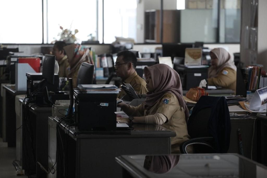 Ilustrasi--Pegawai negeri sipil (PNS) melakukan aktivitas di Badan Kepegawaian Daerah (BKD) lantai 20 Balai Kota DKI, Jakarta. (Foto: MI/Arya Manggala)