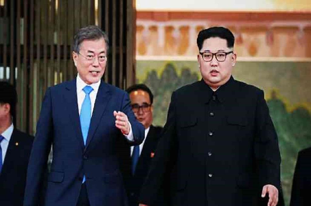 Presiden Korsel Moon Jae-in (kiri) bersama pemimpin Korut Kim Jong-un. (Foto: KCNA via KNS)