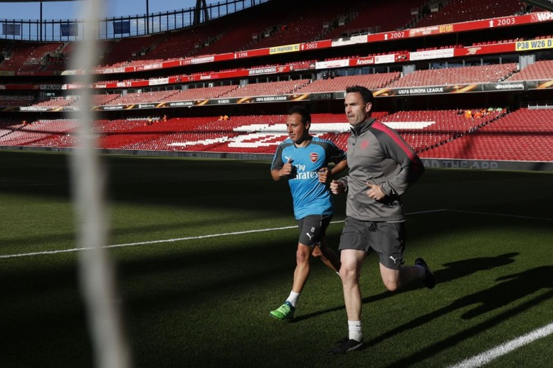 Santi Cazorla saat menjalani latihan secara terpisah. (AFP PHOTO / Adrian DENNIS)