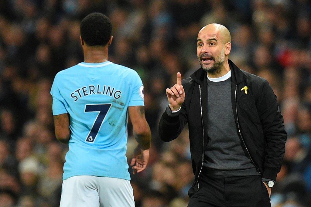 Pep Guardiola dan Raheem Sterling (Foto AFP/OLI SCARFF)