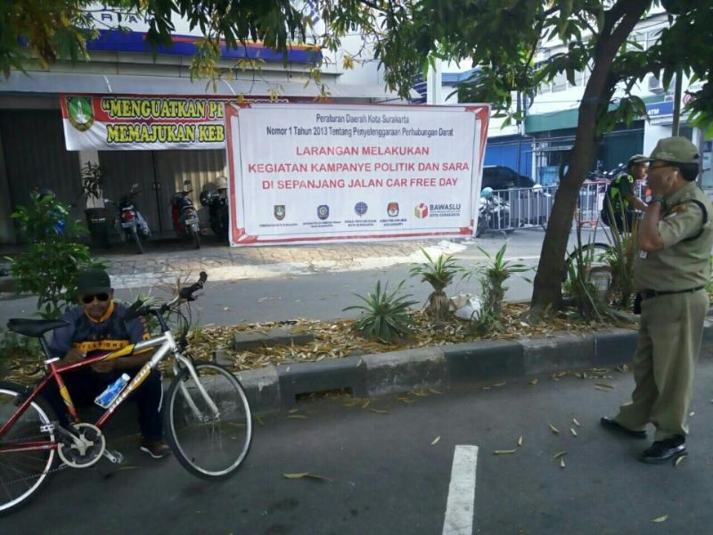 Salah satu spanduk larangan melakukan kegiatan kampanye politik di Solo Car Free Day. Attachments area