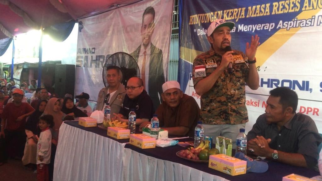 Anggota Komisi III Ahmad Sahroni (berdiri) saat kunjungan kerja di Cengkareng Barat, Jakarta Barat, Minggu, 6 Mei 2018. Foto: Istimewa