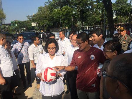 Wagub DKI Sandiaga Uno bersama Menkeu Sri Mulyani meninjau revitalisasi Lapangan Banteng/Medcom.id/Adin