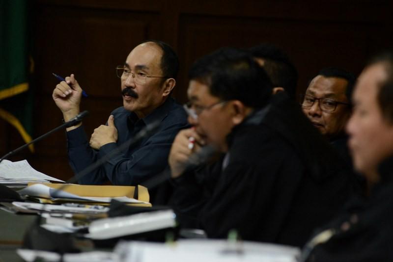 Terdakwa kasus merintangi penyidikan kasus korupsi KTP elektronik Fredrich Yunadi (kiri) bersama dengan penasehat hukumnya mendengarkanketrangan saksi pada sidang lanjutan di Pengadilan Tipikor, Jakarta, Kamis (26/4/2018). Foto: MI/Moh. Irfan