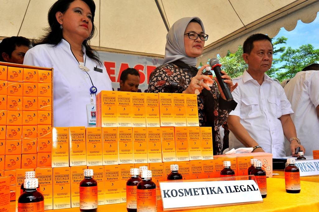 Kepala BPOM Penny Kusumastuti (tengah) memperlihatkan ribuan pak kosmetik ilegal di Serang, Banten, Selasa (27/3/2018). Foto: Antara/Asep Fathulrahman