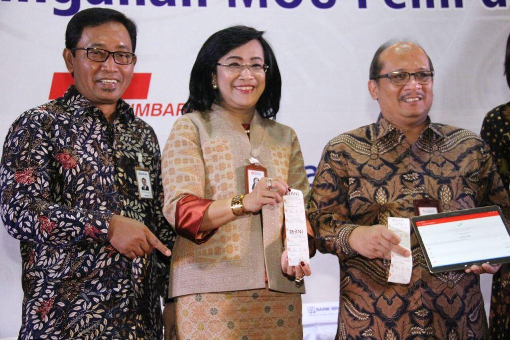 Dirut PELNI Insan Purwarisya L Tobing (kanan) dan Direktur Hubungan Kelembagaan BNI Adi Sulistyowati (tengah), pada Launching PELNI Mobile Apps dan Sinergi BUMN Penandatangan MoU PELNI dan Himbara di Jakarta, Senin, 7 Mei 2018