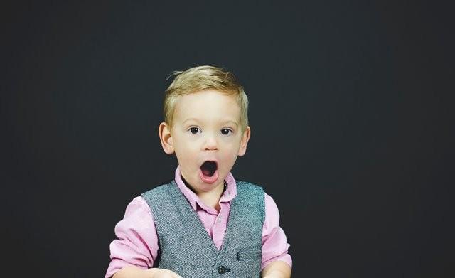 Mengisap jempol atau menghisap selimut juga bisa menyebabkan balita Anda memiliki mulut kering dan akibatnya terjadi bau mulut. (Foto: Ben White/Unsplash.com)