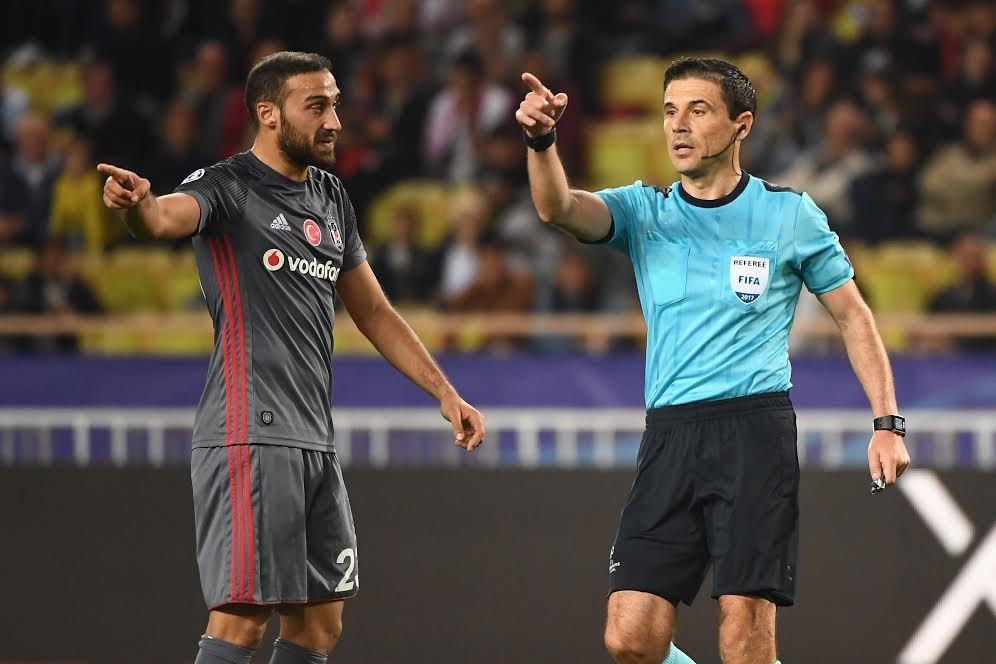 Mirolad Mazic (kanan) memimpin laga Besiktas melawan AS Monaco (Foto: AFP/Boris HORVAT)