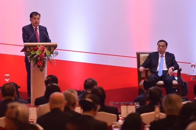 Wakil Presiden Jusuf Kalla (kiri) menyampaikan paparan disaksikan Perdana Menteri Cina Li Keqiang pada Indonesia-China Business Summit di Jakarta, Senin (7/5). Foto: Antara/Wahyu Putro A
