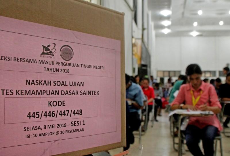 Calon mahasiswa mengikuti ujian masuk perguruan tinggi melalui jalur Seleksi Bersama Masuk Perguruan Tinggi Negeri (SBMPTN). (ANT/Kornelis Kaha)
