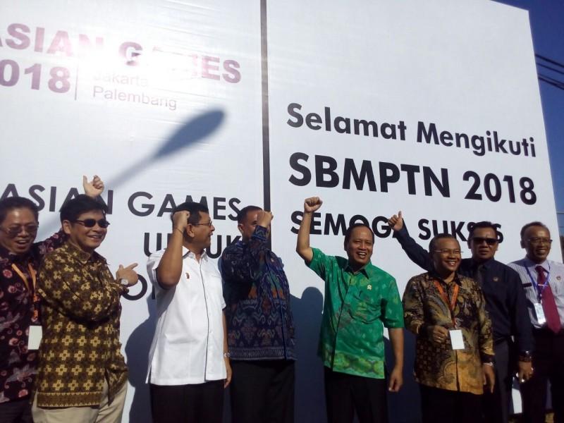 Menristekdikti, Mohamad Nasir meninjau pelaksanaan ujian SBMPTN 2018 di kampus UNDIKSHA, Singaraja, Bali.  Foto: Humas Kemenristekdikti/Heni Sukmawati