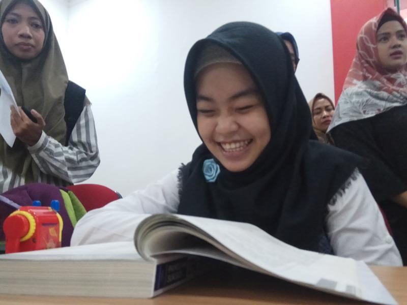 Larasati, salah satu peserta berkebutuhan khusus saat mengerjakan soal SBMPTN 2018 di Universitas Indonesia, Depok, Jawa Barat. Medcom.id/Octavianus Dwi Sutrisno