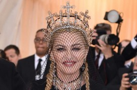 Madonna Kenakan Mahkota Karya Desainer Indonesia