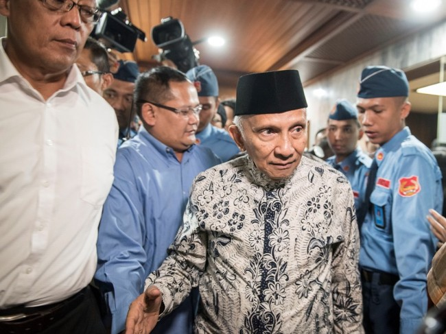 Mantan Ketua MPR Amien Rais berjalan keluar seusai mendatangi Pansus Angket KPK di Kompleks Parlemen, Senayan, Jakarta, Rabu (19/7). (Foto: Antara/M Agung Rajasa).