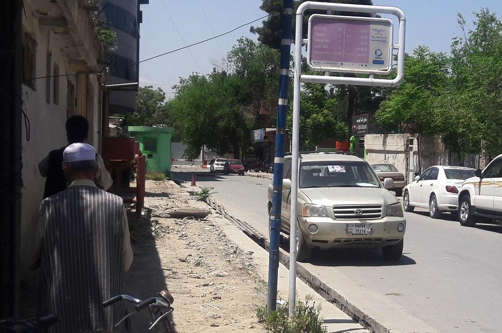Warga berada di dekat lokasi ledakan besar di Shar-e-Naw, Kabul, Afghanistan, 9 Mei 2018. (Foto: AFP/USMAN SHARIFI)