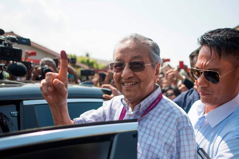 Mantan PM Malaysia Mahathir Mohammad usai memberikan suara (Foto: AFP).