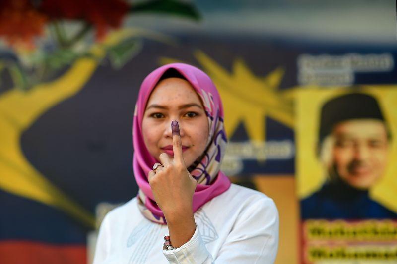 Warga Malaysia yang baru saja memberikan suara (Foto: AFP).