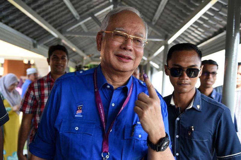 Perdana Menteri Malaysia Najib Razak saat memberikan suaranya di pemilu 9 Mei 2018 (Foto: AFP).