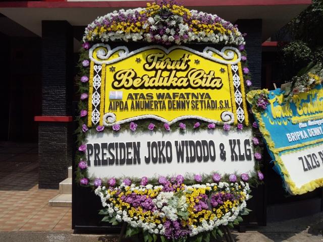 Karangan bunga ungkapan turut berbelangsukawa dari Presiden Jokowi--Medcom.id/Siti Yona Hukmana