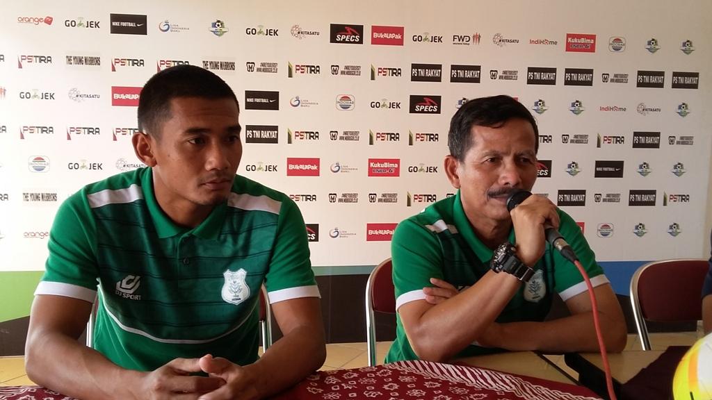 Pelatih PSMS, Djajang Nurjaman (kanan) dan pemain PSMS Legimin Raharjo. (Medcom.id-Ahmad Mustaqim)