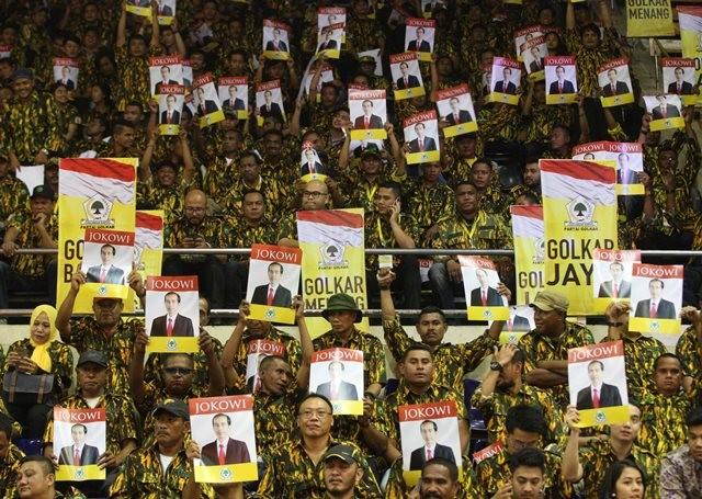 Simpatisan dan Kader Partai Golkar membentangkan poster Presiden Joko Widodo dalam penutupan Rapimnas partai Golkar di Jakarta, Kamis (28/7). Foto: MI/Ramdani