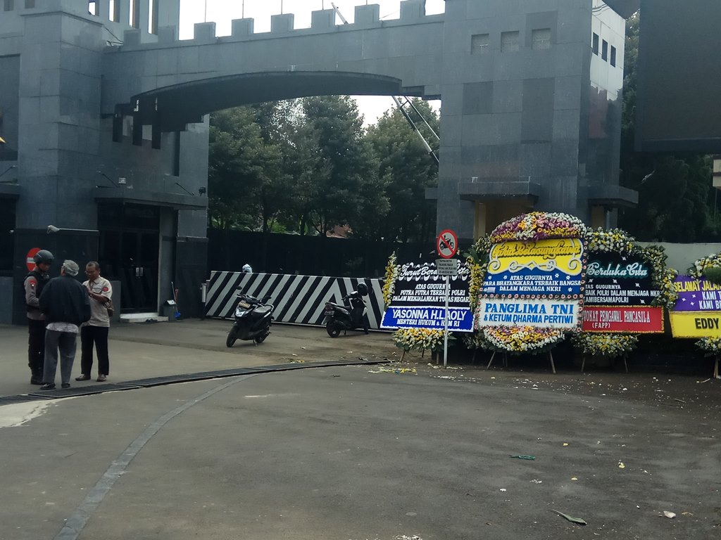 Karangan bungan belasungkawa di halaman depan Mako Brimob Kelapa Dua, Depok. (Medcom.id/Octavianus DS)